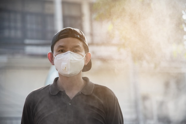Man wearing mask protect in air pollution environment Free Photo
