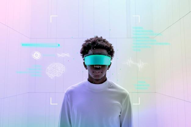 スマートグラスを着用し、ホログラフィックスクリーンの未来技術を示す男 無料写真