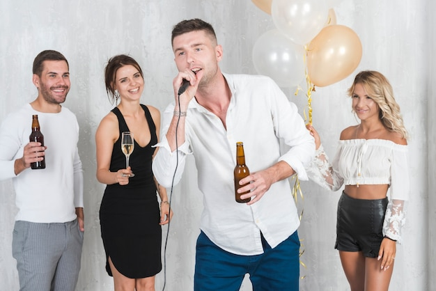 Man in white singing on party Free Photo
