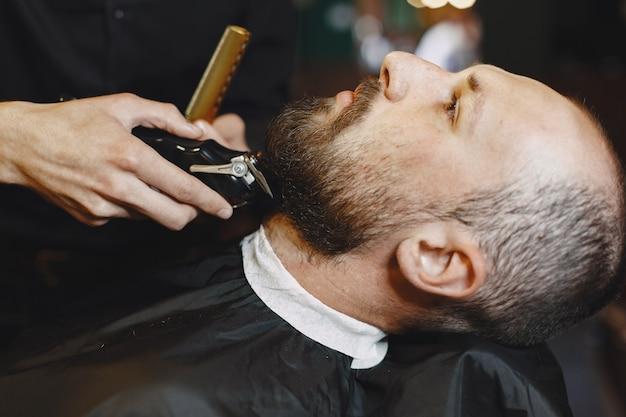 Мужчина с бородой. парикмахер с клиентом. бритый мужчина. Бесплатные Фотографии