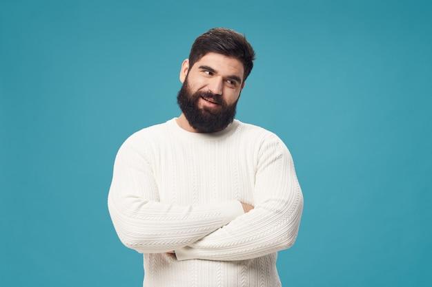 Человек с бородой позирует в студии. Premium Фотографии