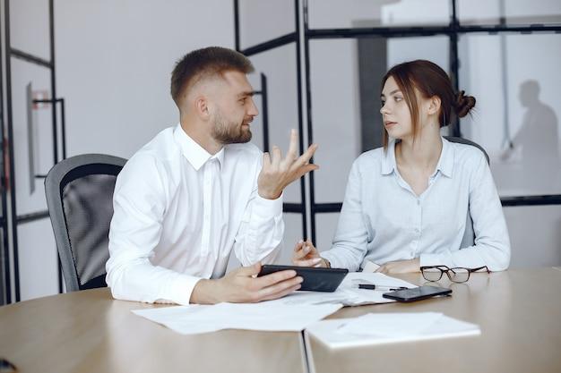 Человек с планшетом. деловые партнеры на деловой встрече. люди, сидящие за столом Бесплатные Фотографии