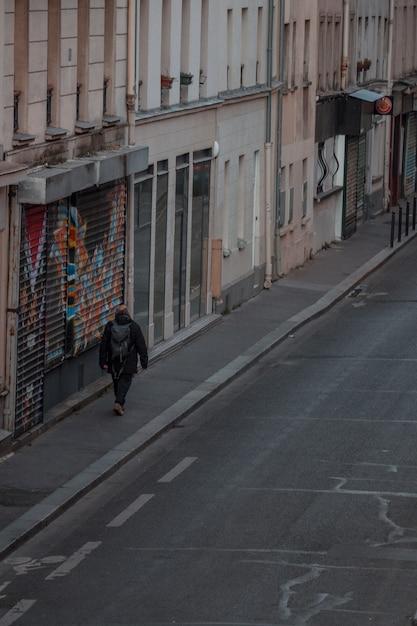 Человек с рюкзаком, идущий по тротуару Бесплатные Фотографии