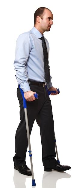 Человек с костылем, изолированные на белом фоне Premium Фотографии