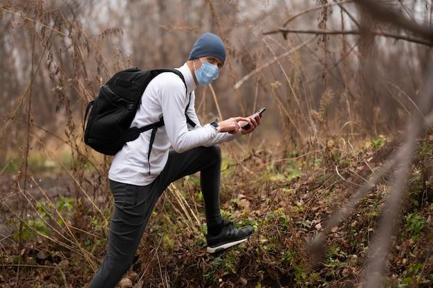 Человек с маской для лица в лесу Бесплатные Фотографии