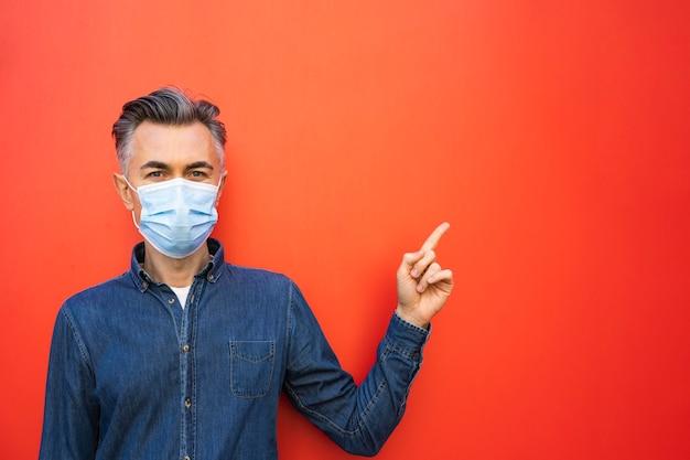 Uomo con maschera facciale e concetto di distanza sociale Foto Gratuite