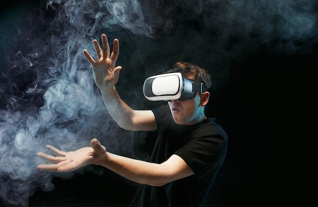 L'uomo con gli occhiali di realtà virtuale. futuro concetto di tecnologia. Foto Gratuite