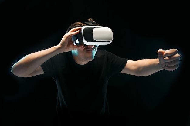 L'uomo con gli occhiali della realtà virtuale Foto Gratuite