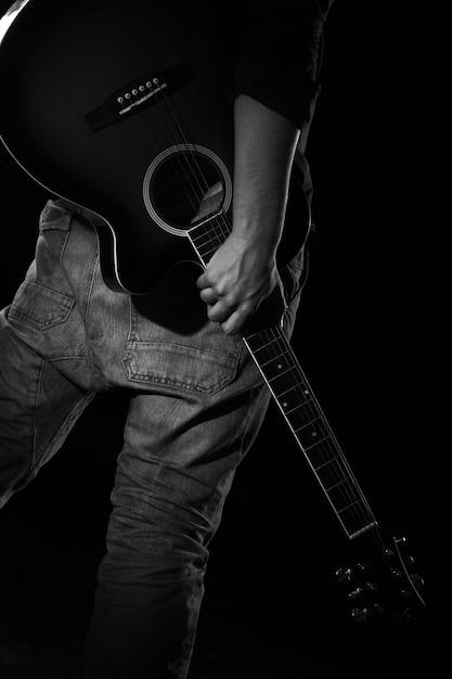 暗闇の中でギターを持つ男 無料写真