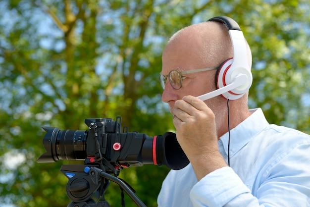 Man with headphones, using a camera dslr Premium Photo