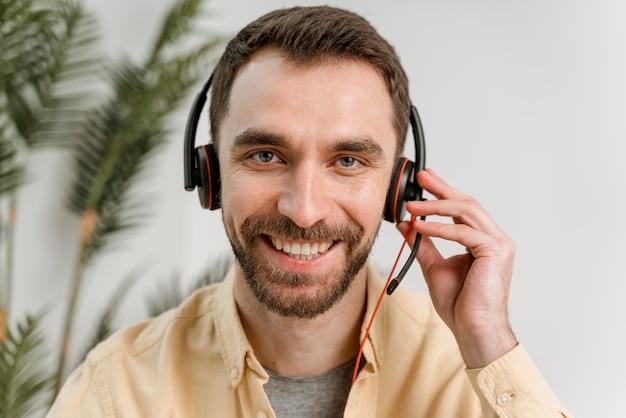 영상 통화를하는 헤드셋을 가진 남자 무료 사진