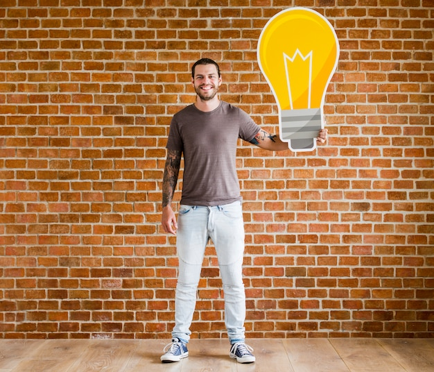 Uomo con un'icona di lampadina Foto Gratuite