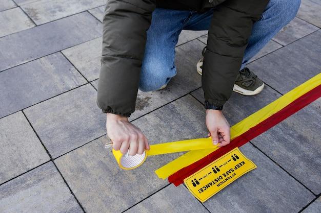 마스크 설정 사회적 거리 스트라이프 남자를 닫습니다. 무료 사진