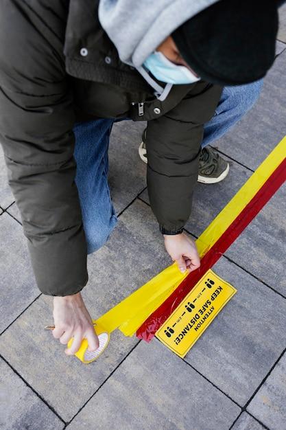 마스크 설정 사회적 거리 스트라이프 남자 무료 사진