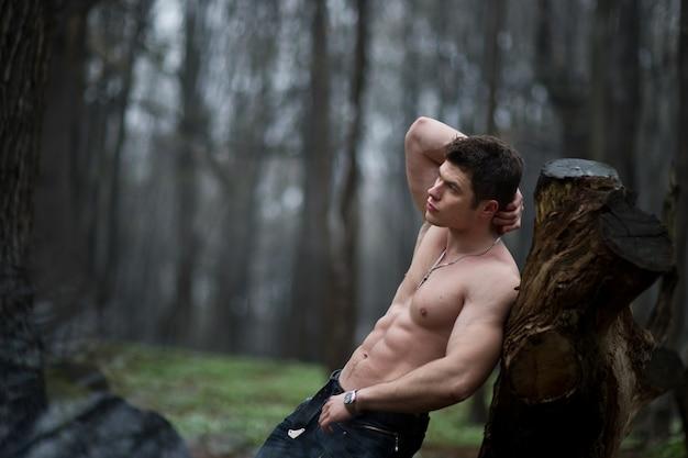 「裸体はスタブに傾いている男」 無料写真
