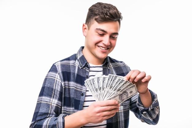 Человек с короткими темными волосами кончает веером долларовых купюр Бесплатные Фотографии