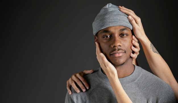 彼を慰める女性の手を持つ男 無料写真