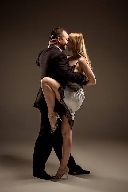 Man and woman dancing argentinian tango Free Photo