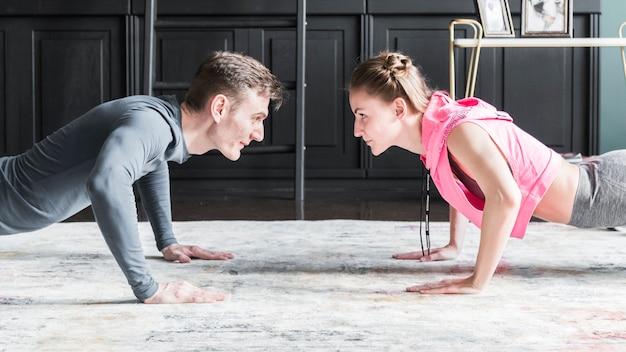 man woman doing push ups 23 2148241625 - 5 Exercícios simples para realizar em casa com a ajuda do smartwatch