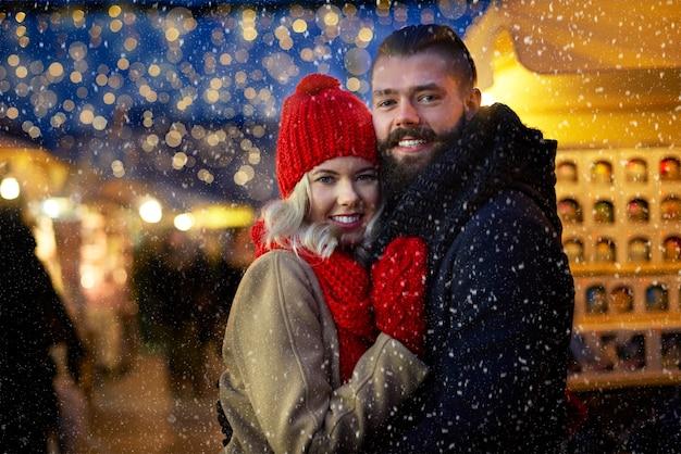 Uomo e donna circondati da fiocchi di neve Foto Gratuite