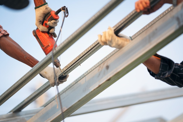 man-worker-uses-power-drill-attach-cap-metal-roofing-job-with-screws_28914-1205.jpg (626×417)