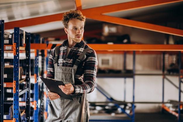 Человек, работающий на картонном заводе Бесплатные Фотографии