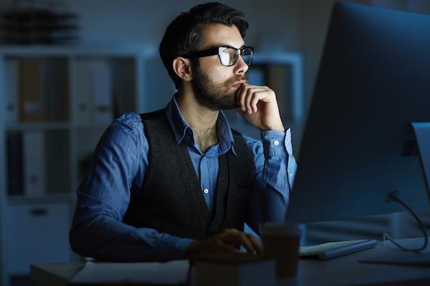 밤에 일하는 남자 무료 사진