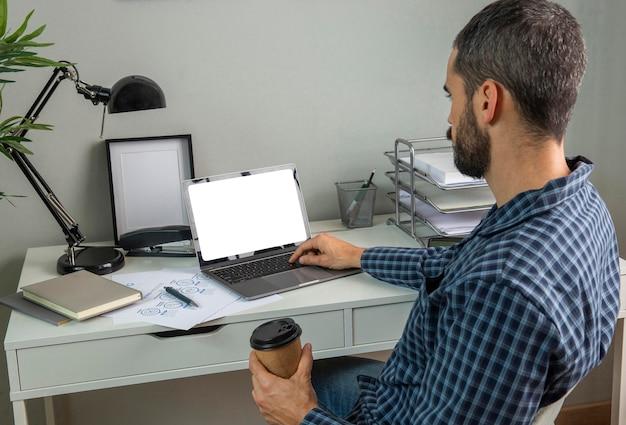 Человек, работающий из дома за чашкой кофе Бесплатные Фотографии