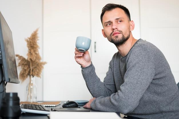 Человек, работающий из дома Premium Фотографии