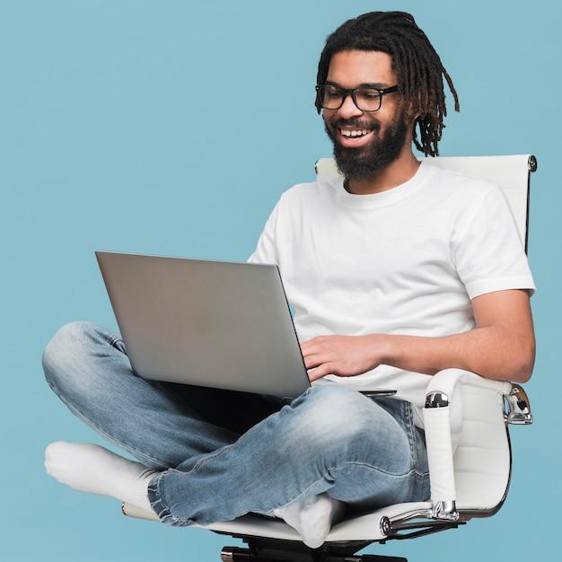 Человек работает на своем ноутбуке Premium Фотографии