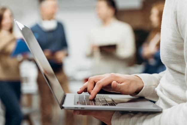 Человек, работающий на ноутбуке стоя Бесплатные Фотографии