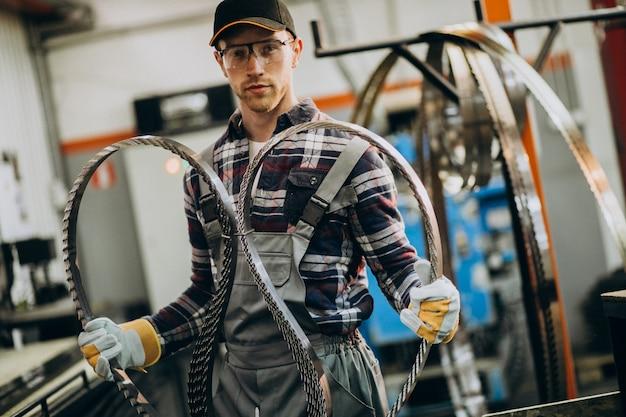 鉄鋼ファトリーと鉄鋼生産のための機器で作業する人 無料写真
