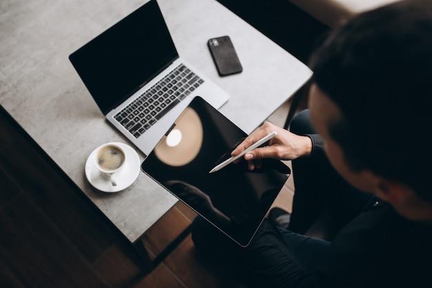 タブレットで作業する人はテーブルでクローズアップ 無料写真