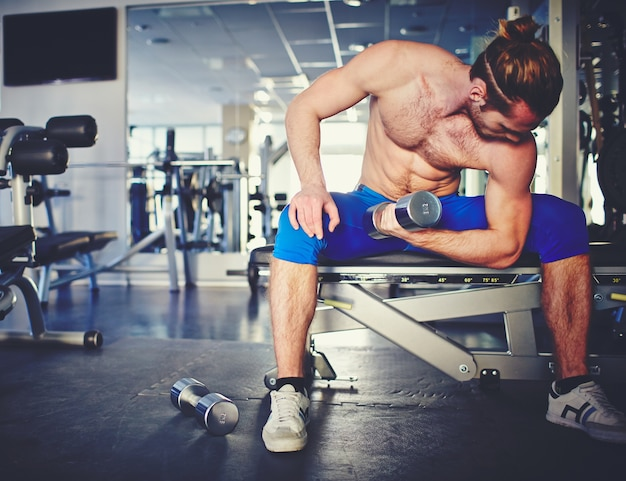 Man working out in weights room at the gym 1098 776