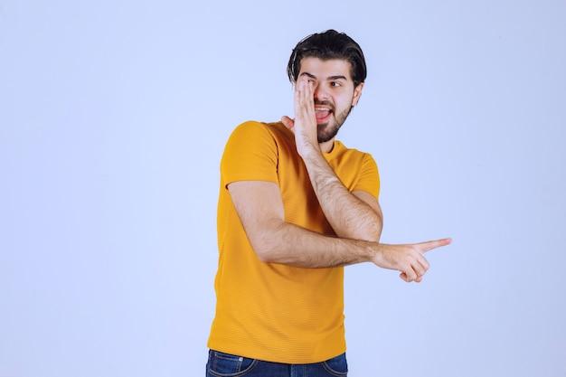 Uomo in camicia gialla che fa pettegolezzi. Foto Gratuite