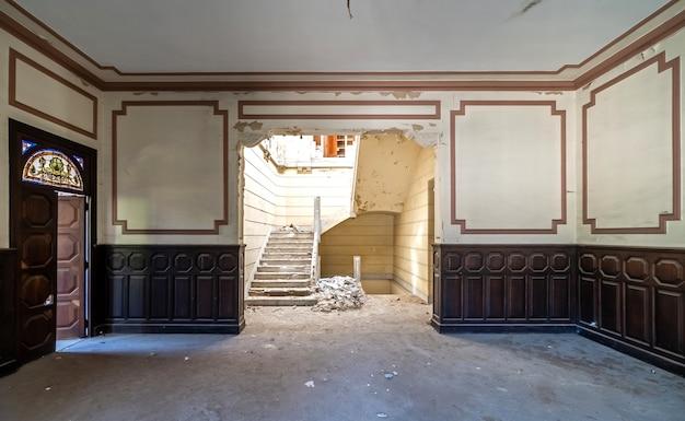 放棄された廃manの邸宅 Premium写真