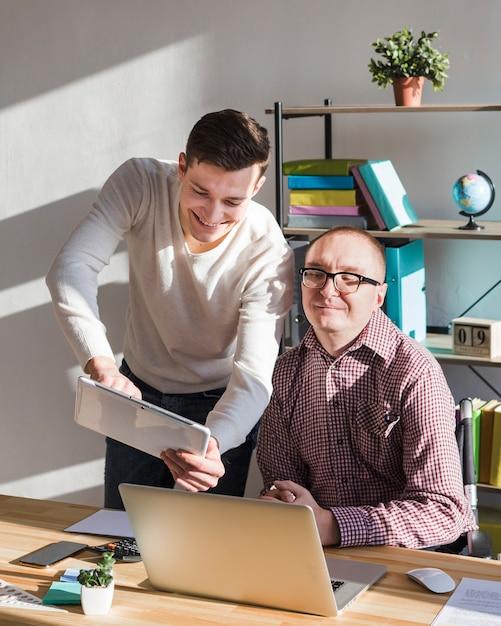 同僚と緊密に連携するマネージャー 無料写真