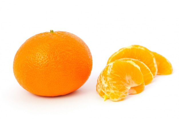 Mandarin with peeled pieces Premium Photo