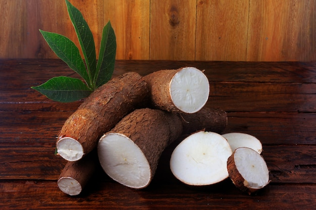 素朴な木製のテーブルの上の有機キャッサバ(mandioca、manioc、aipim、ブラジル料理) Premium写真