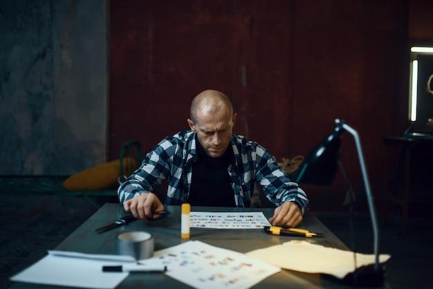 Маньяк-похититель вырезал буквы, чтобы составить текст Premium Фотографии