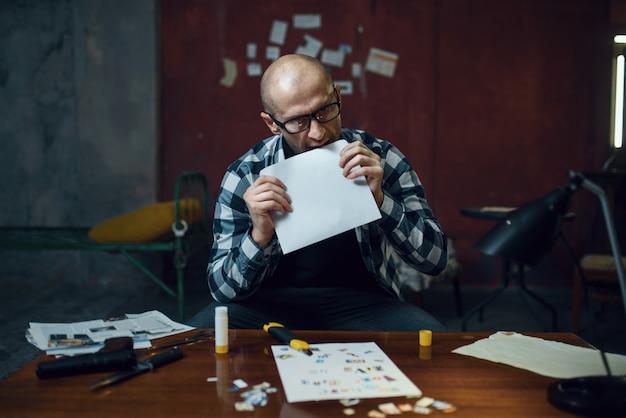 Маньяк-похититель готовит письмо о своей жертве Premium Фотографии