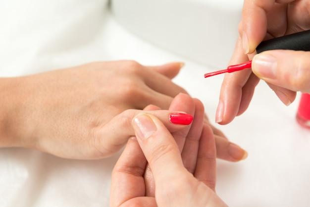 Niedokończony manicure to najnowszy hit mody. Promuje go znana marka modowa Gucci