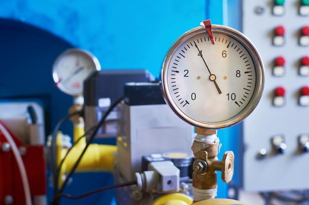 ガス圧を示す圧力計がパイプに設定されます。 Premium写真