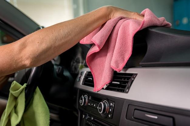 高級車内部の手動清掃。 Premium写真