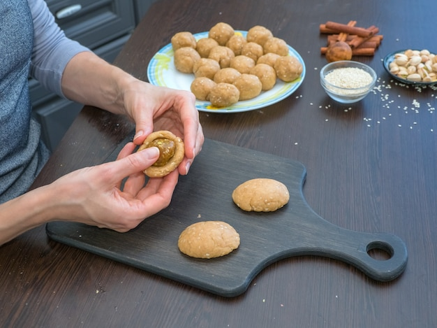 休日のクッキーのマニュアル制作。エジプトのクッキー「カフエルイード」の準備-エルフィットイスラムのeast宴のクッキー。ラマダンのお菓子 Premium写真