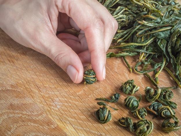 発酵のために茶葉を手でひねります。イヴァンティー発酵 Premium写真