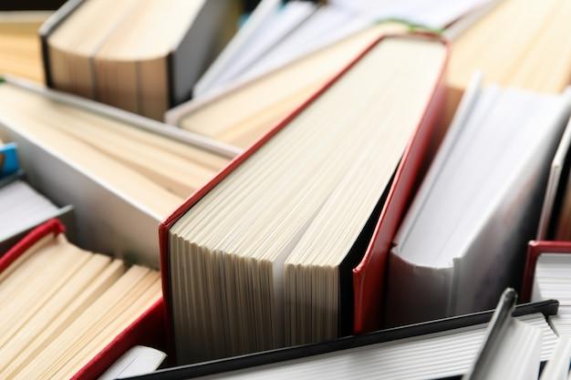 背景全体に関する多くの本をクローズアップ。研究のコンセプト Premium写真