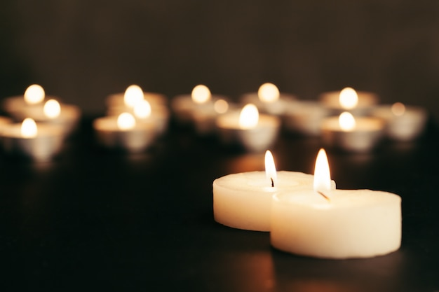 Many burning candles with shallow depth of field Premium Photo