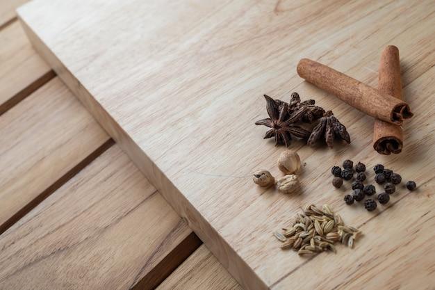 연한 갈색 목재 바닥에 여러 중국 의약품이 합쳐져 있습니다. 무료 사진