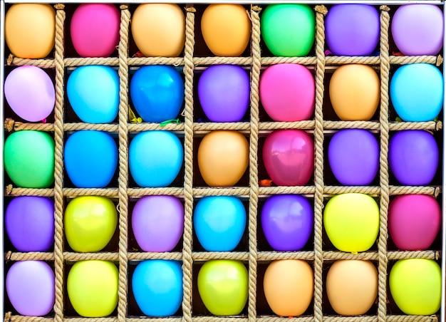 별도 상자에 많은 다채로운 공기 Baloons 프리미엄 사진
